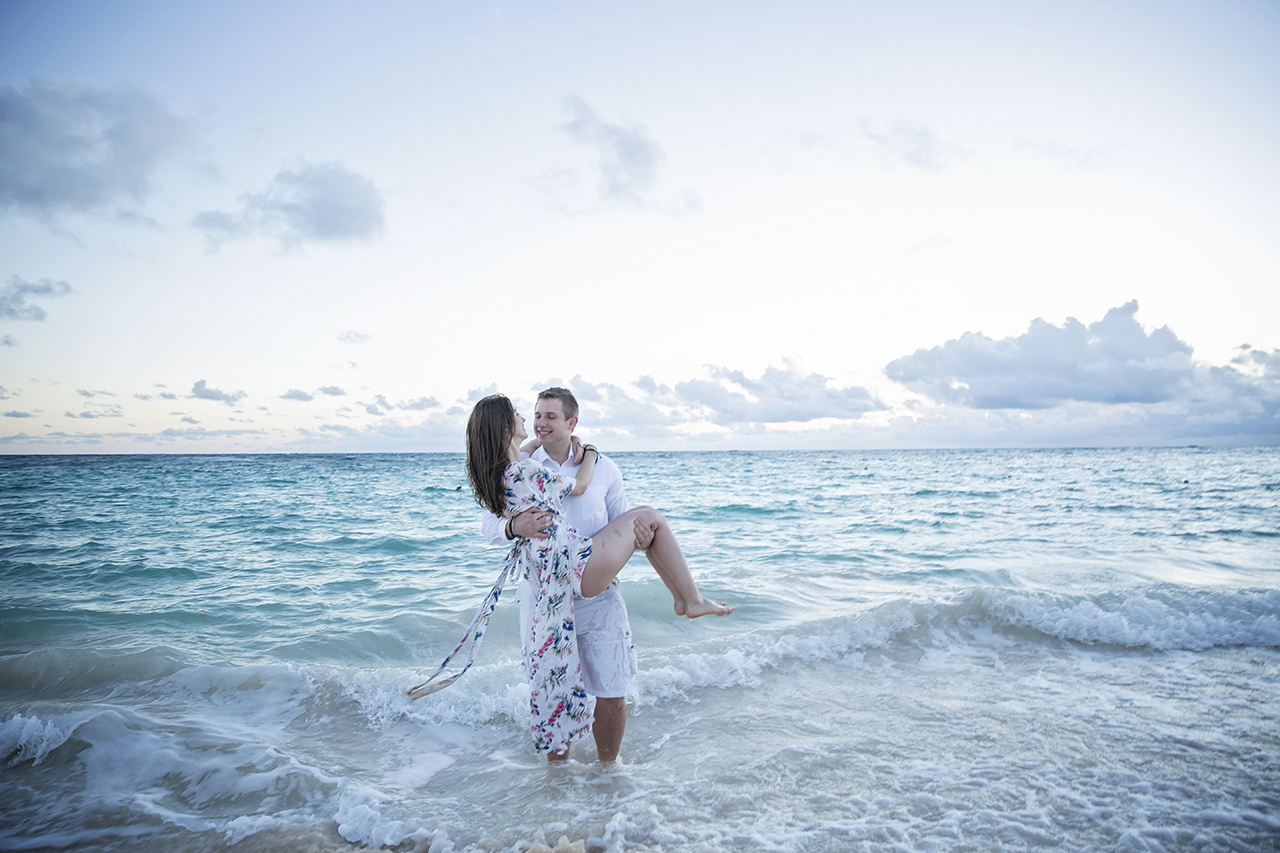 punta cana wedding photographer photoshoot on a beach with bride and groom 14