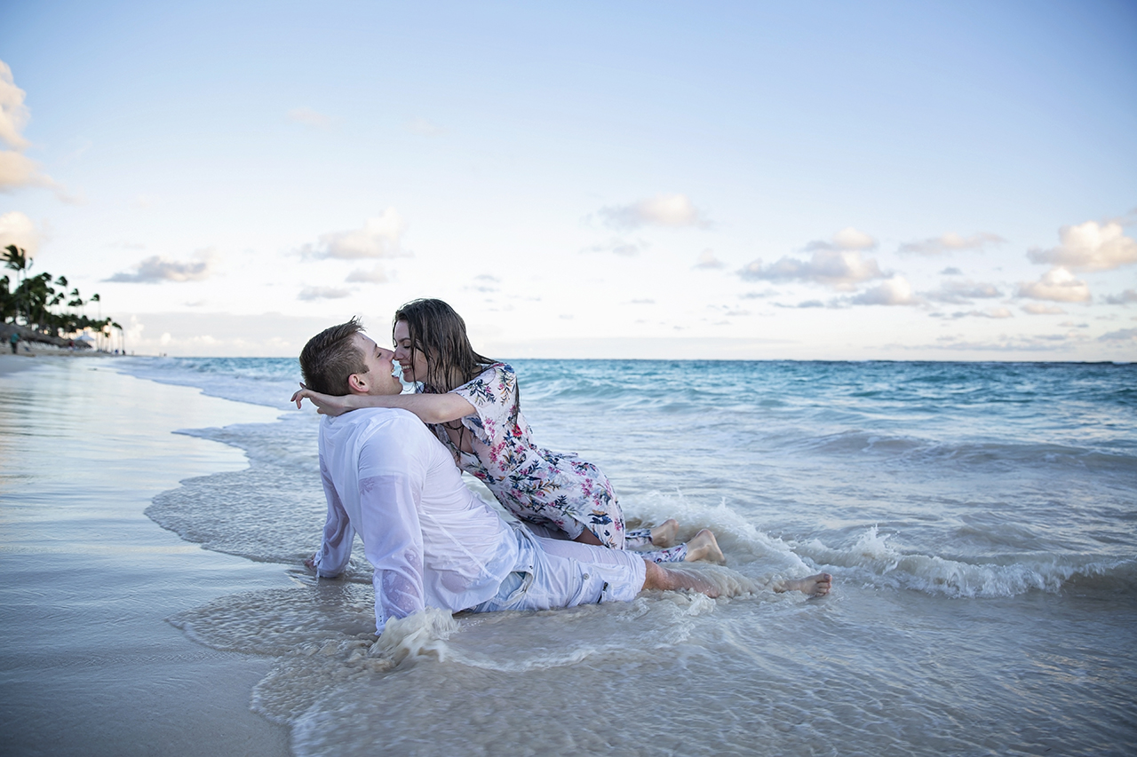 punta cana wedding photographer photoshoot on a beach with bride and groom 23
