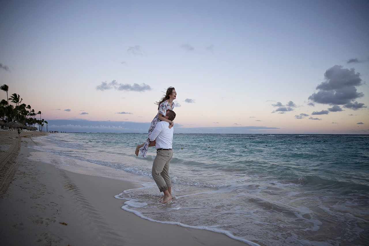 punta cana wedding photographer photoshoot on a beach with bride and groom 6