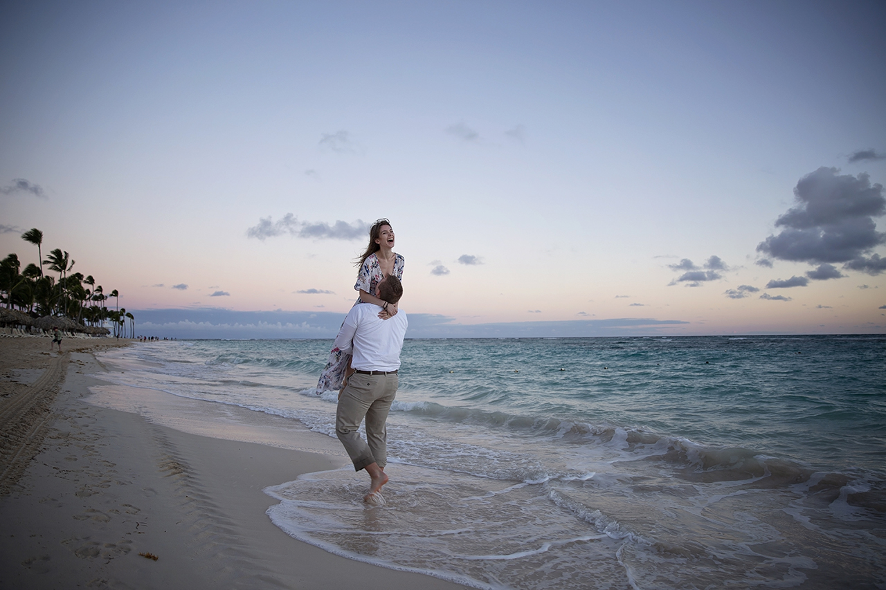 punta cana wedding photographer photoshoot on a beach with bride and groom 7