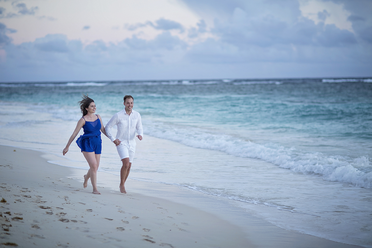 punta cana wedding photographer photoshoot on a beach with couple 10