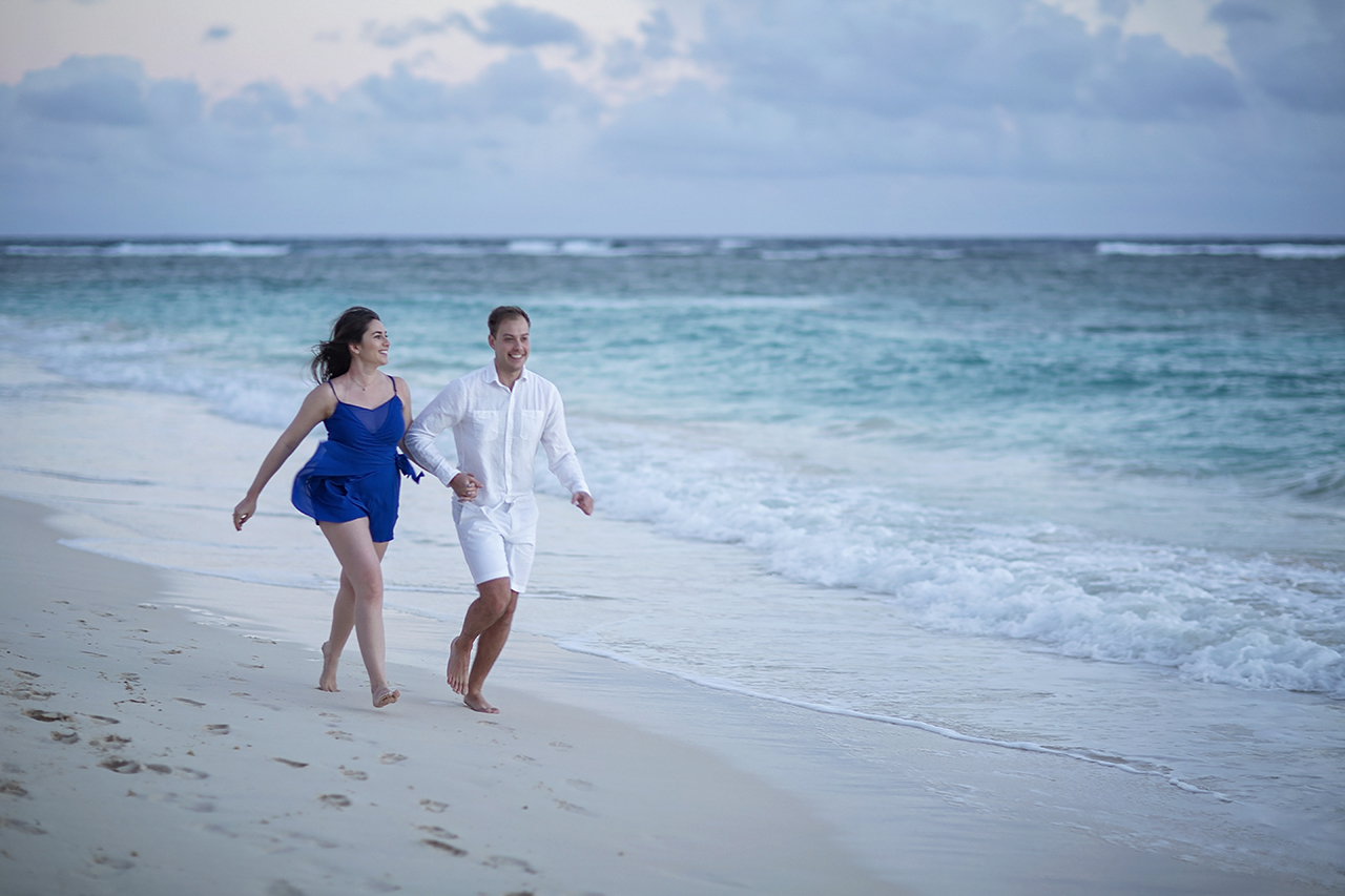 punta cana wedding photographer photoshoot on a beach with couple 11