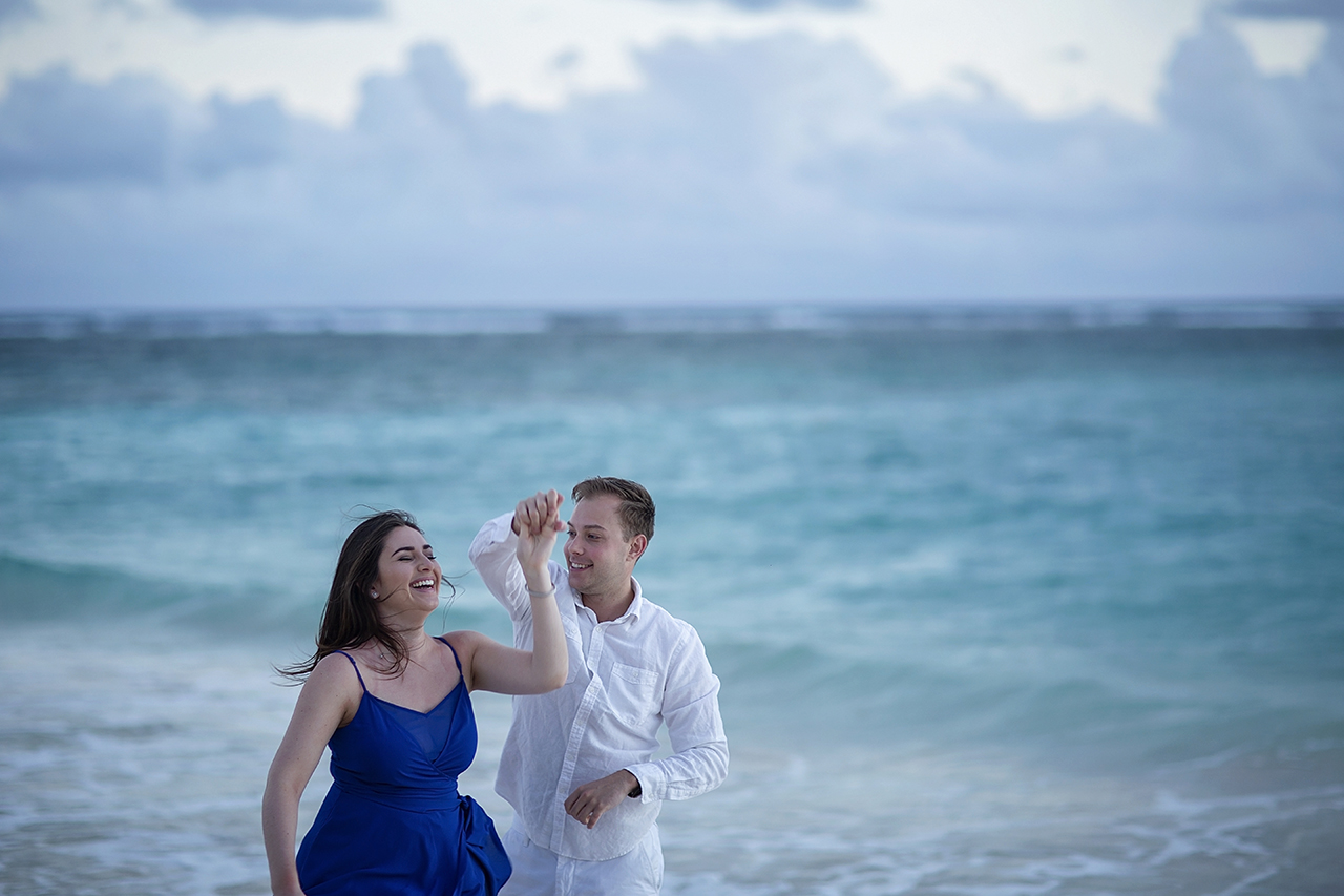 punta cana wedding photographer photoshoot on a beach with couple 12