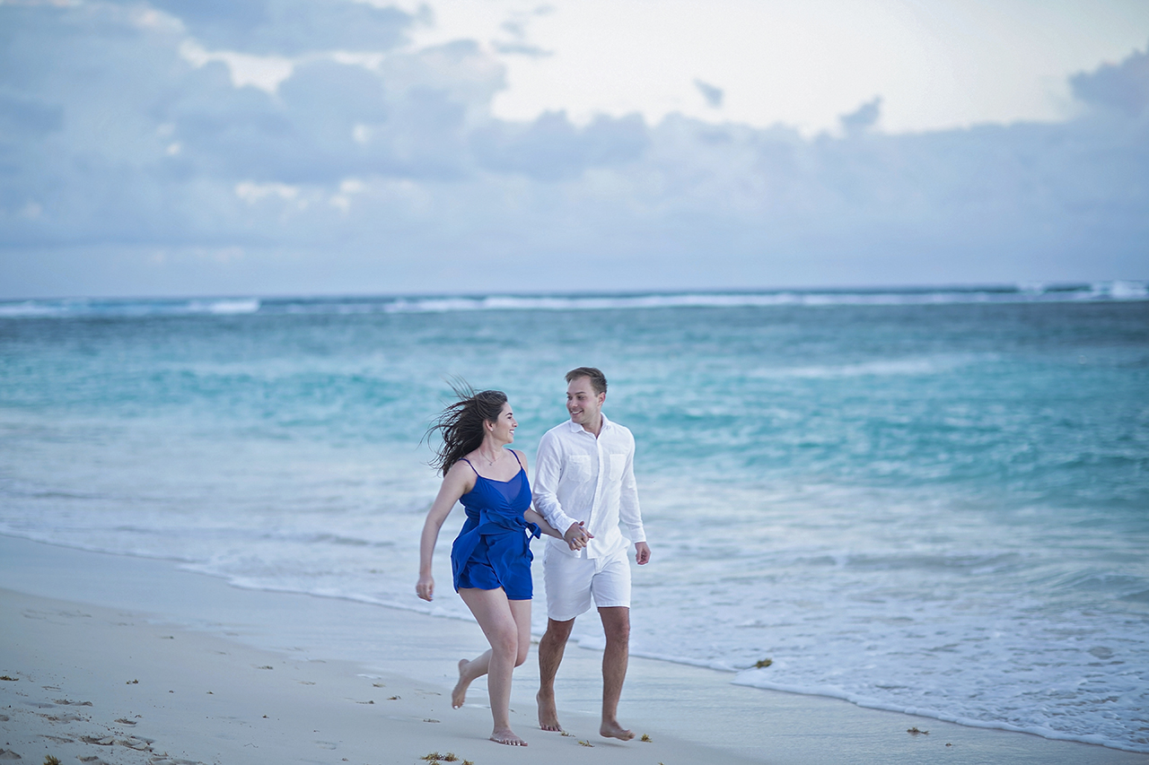 punta cana wedding photographer photoshoot on a beach with couple 15