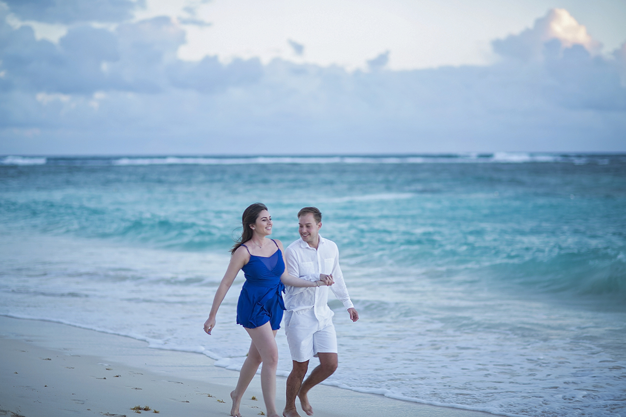 punta cana wedding photographer photoshoot on a beach with couple 16